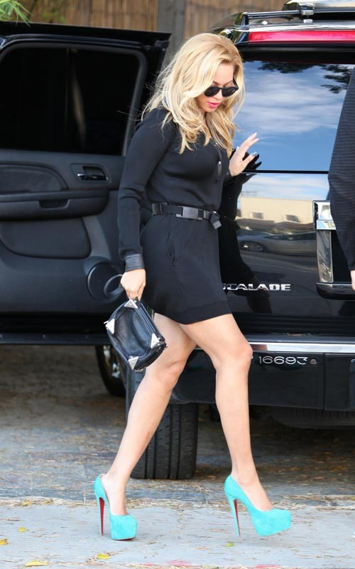 9958c29a1520 Beyonce Styling On Them Hoes In A Pair Of Christian Louboutin Pumps ...