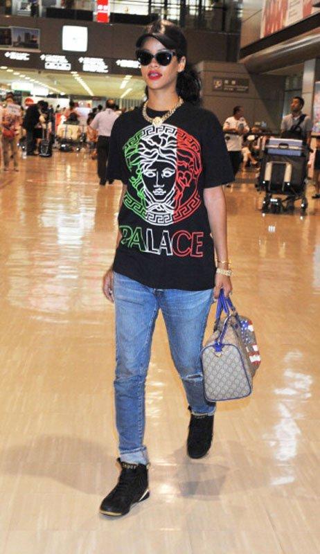 "4405208eb Rihanna Arrives In Tokyo Wearing A Versace ""Palace"" Tee-Shirt, ""Golden  Moments"" Air Jordan 6 & Carrying A Gucci Bag"
